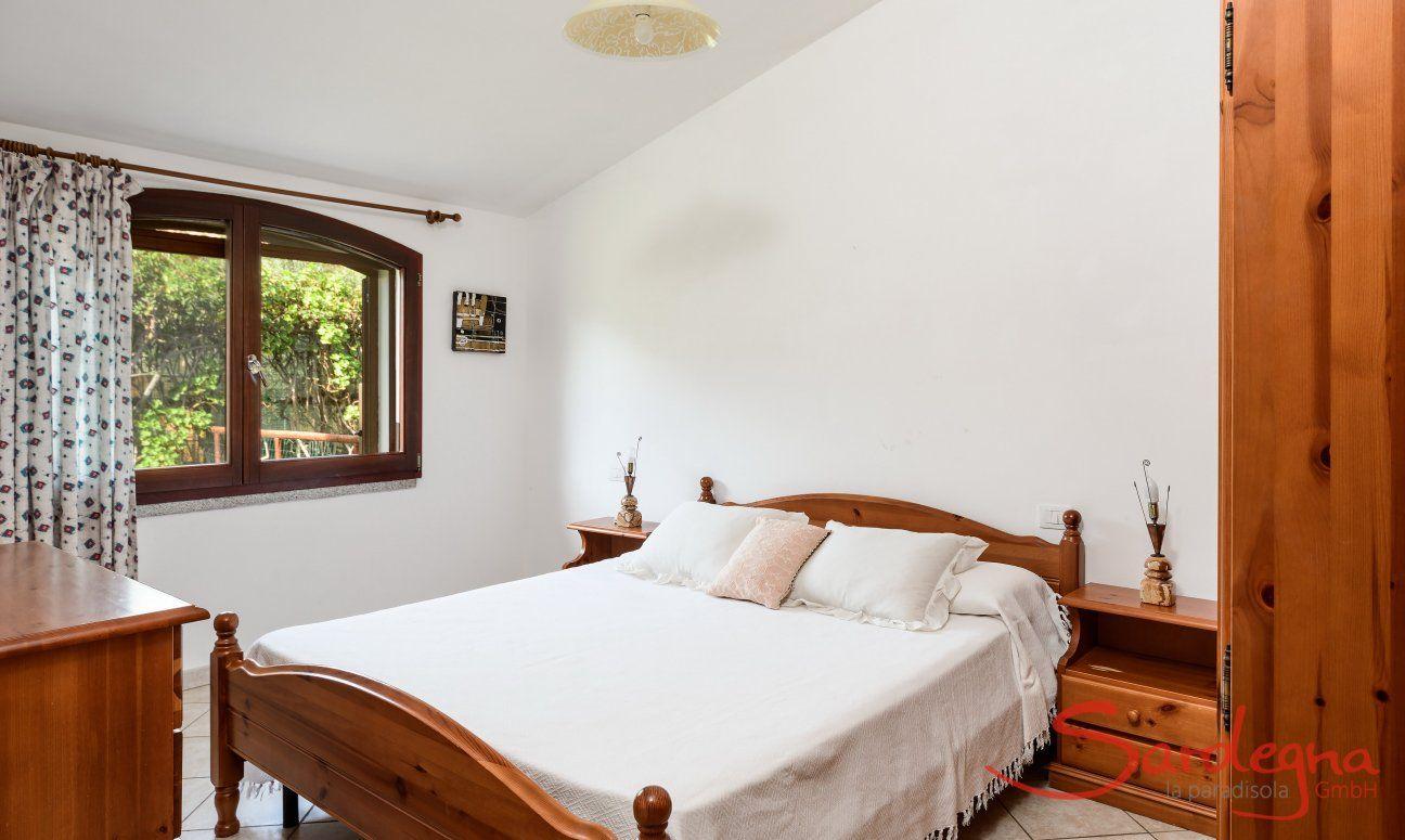 Camera 2 al pianterreno con letto matrimoniale e finestra con vista giardino