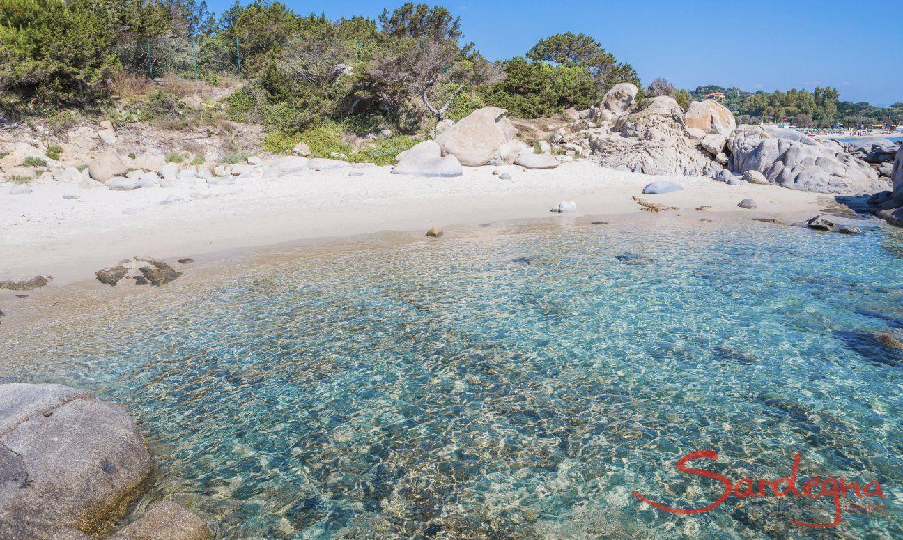 Spiaggietta dei Milanesi con rocce in granito e mare limpido, a sud del Lido di Orri