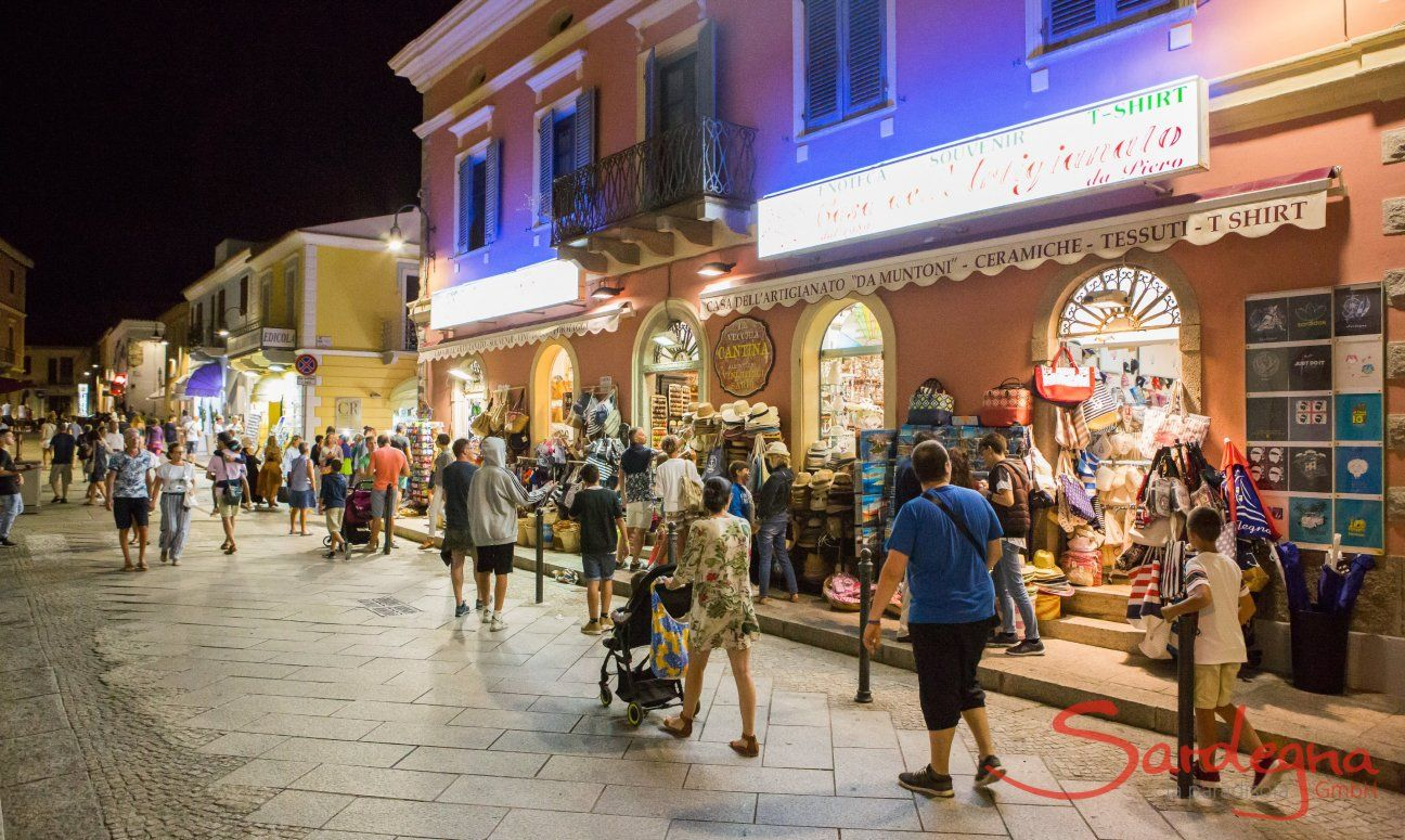 Shooping di notte in estate a Santa Teresa di Gallura