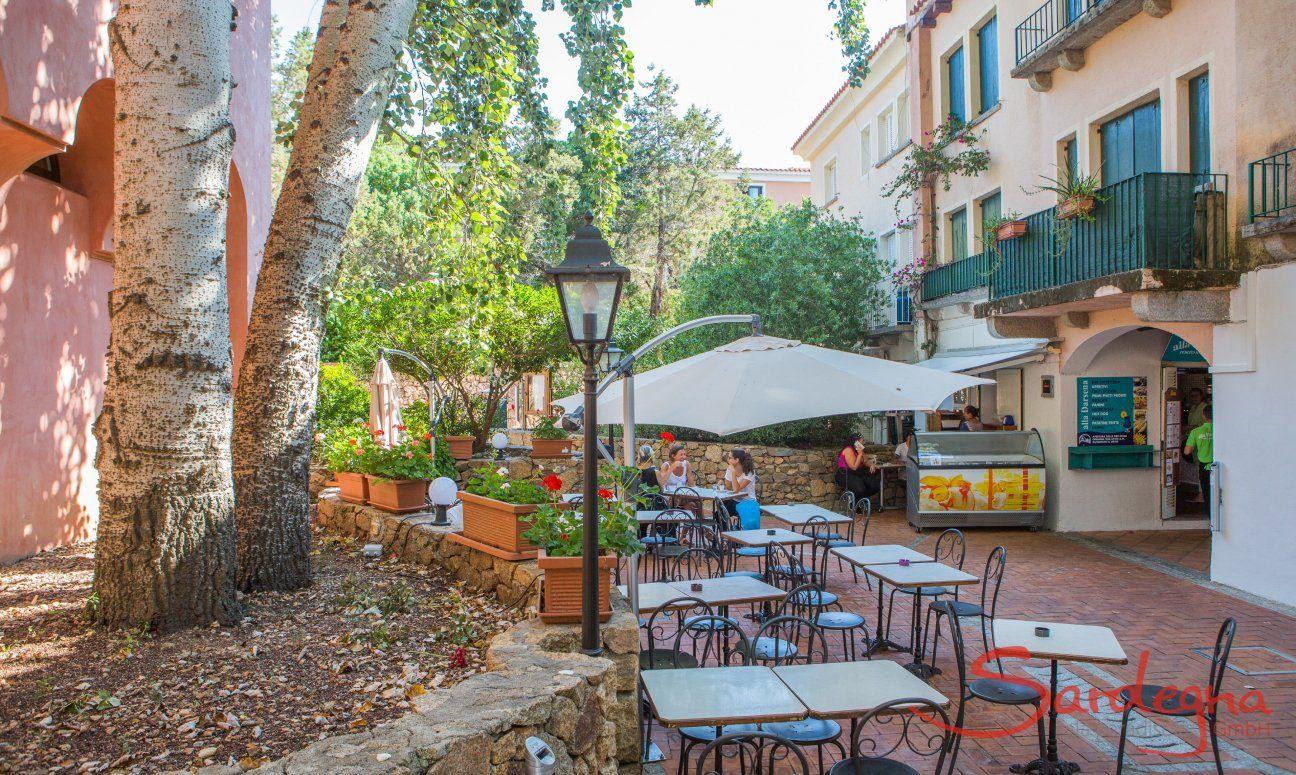 Tavoli da bar nelle viuzze di Porto Rotondo, 16 km da Olbia