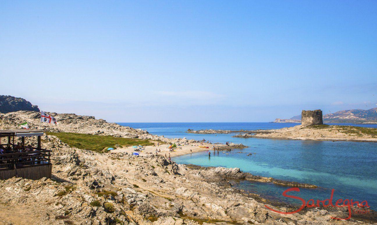 Vista dalla costa sulla torre spagnola della Pelosa, Stintino