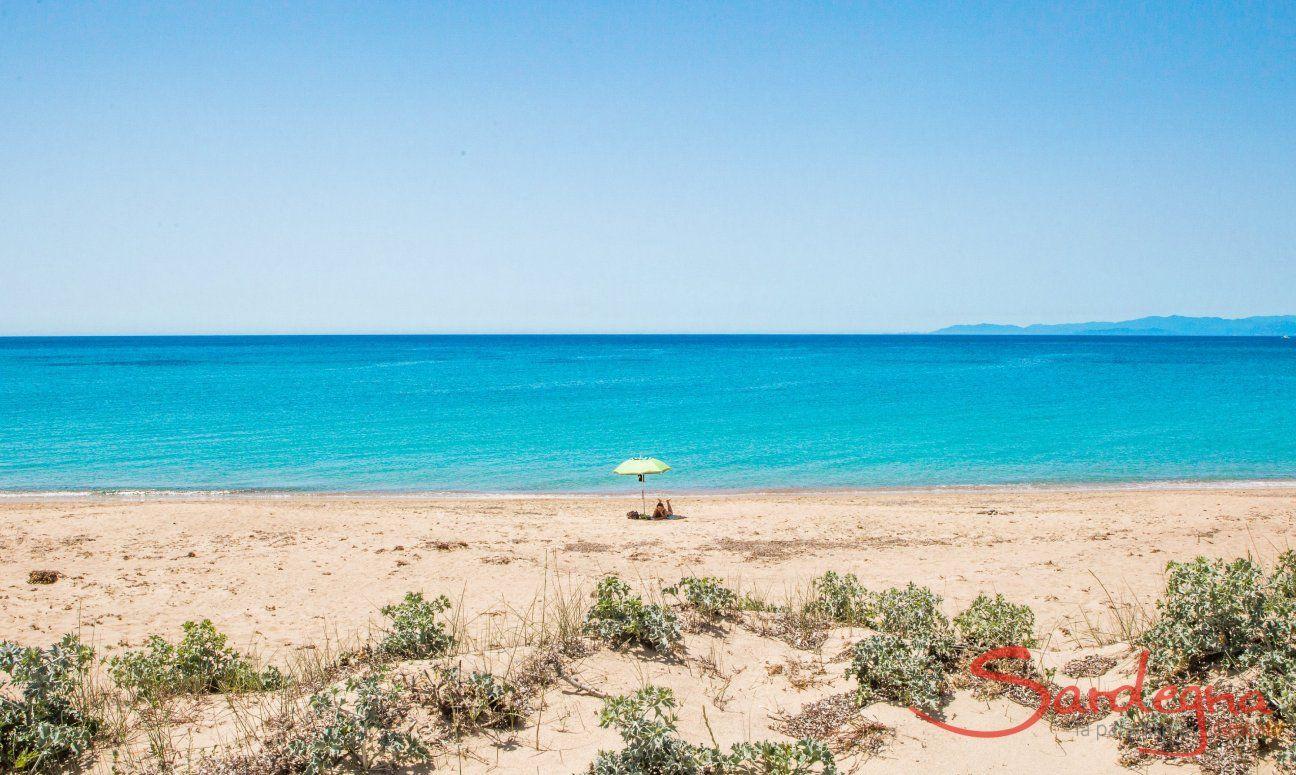 Ombrellone sulla spiaggia di Geremeas davanti al mare cristallino