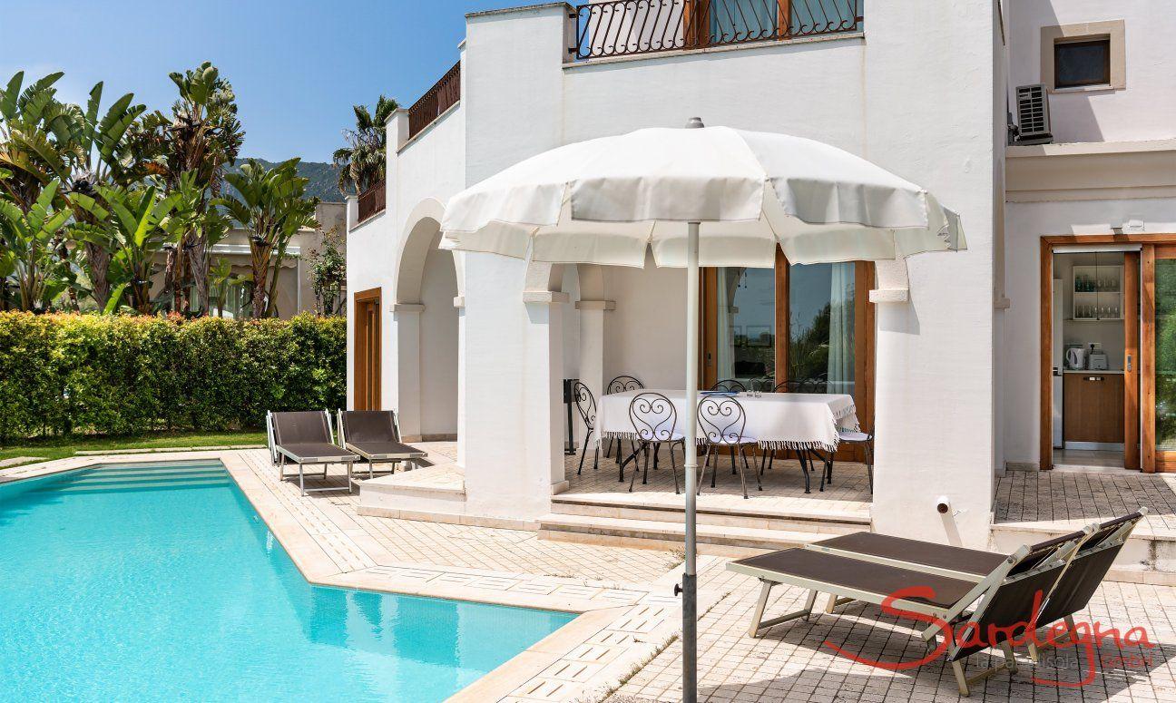 Vista esterna con piscina, veranda e tavolo