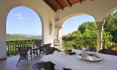 Terrazza coperta con tavolo e vista panoramica