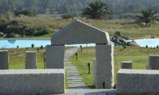 Arco in granito sopra la passeggiata che porta alla piscina di Li Conchi