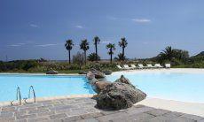 Grande piscina in comune diviso con rocce in granito in profondo e poco profondo