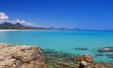 Bellissima acqua cristallina davanti alla spiaggia di Cala Sinzias
