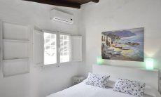 Camera con letto matrimoniale, finestra, aria condizionata