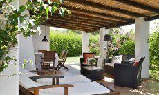 Terrazza con lettini e divano
