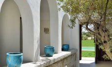 Cortile Campidanese della  Villa Campidano 21 con portale al giardino e alla piscina