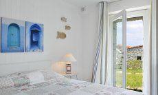 Camera da letto con letto matrimoniale e porta che da sul giardino, Li Conchi 29