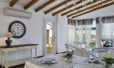 Salone con tavolo da pranzo  Li Conchi 7