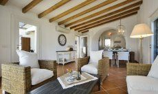 Soggiorno con zona divano e zona pranzo della casa vacanza Li Conchi 9, Cala Sinzias