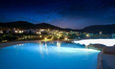 Piscina e case di Li Conchi illuminate di notte
