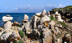 Pietre con l'anima e l'isola di tavolara all'orizzonte