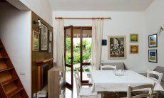 Sala con porta giardino
