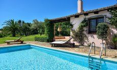 Piscina privata con lettini da sole, casa e giardino