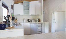 Cucina con lavastoviglie, cucina a gas, frigo con freezer e piccoli elettrodomestici