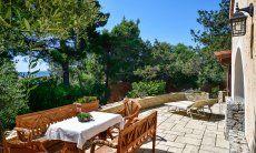 Terrazza, tavolo, lettini da sole e vista mare