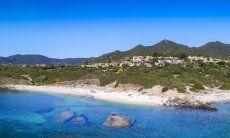 Panorama del complesso di  Sant Elmo tra il mare e le montagne della Sardegna
