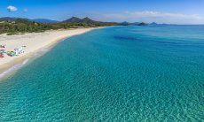 Vista aerea della spiaggia di Cala Sinzia con il mare tuchese, a solo 2 km da Li Conchi