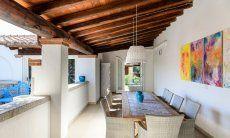 Terrazza con tetto e tavolo da mangiare di  Villa Campidano 21