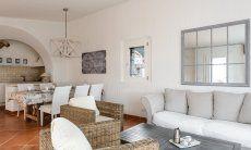 Sala con divano, tavolo e cucina