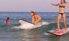 Giovane surfiste sulla spiaggia di Chia