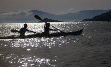 Kayaking nella luce della sera sulla costa sud