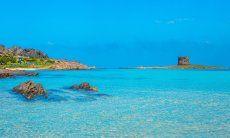 Vista attraverso il mare limpido sulla spiaggia della Pelosa, Stintino