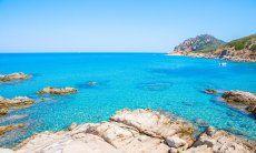 Acqua trasparente permette di vedere sul fondo delle baie a Capo Ferrato