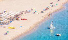 Larga spiaggia di sabbia bianca con ombrelloni da affittare o liberi, Torresalinas