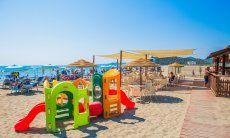 Sabilimento balneare con giochi per bambini a Torresalinas