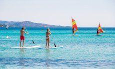 Stand-up paddle e Windsurf davanti alla spiaggia La Cinta, San Teodoro, Olbia