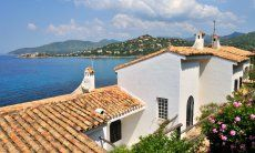 Villa Bella è situata direttamente sul mare a Torre delle Stelle