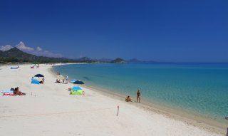 Spiaggia bellissima di sabbia bianca a Cala Sinzias, solo circa 2 km da Li Conchi