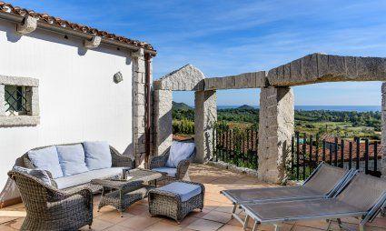 Terrazza con divano esterno, lettini da sole e vista mare, Li Conchi 21, Cala Sinzias
