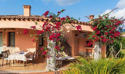 L'esterno della casa con terrazza e giardino
